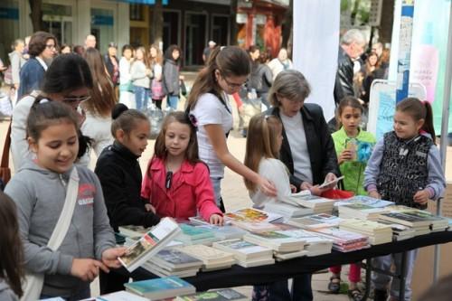 Дарение от 100 книги за Социалната чайна във Варна