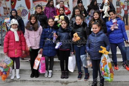 Четвъртокласници от Смирненски - Хасково, дариха играчки за бедни деца