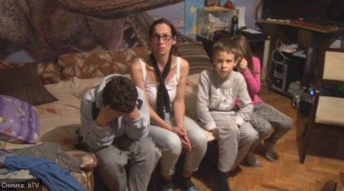 Жената и децата на убит на пътя бедстват