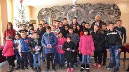 Сираци и полусираци от Девня получиха финансова помощ от общината