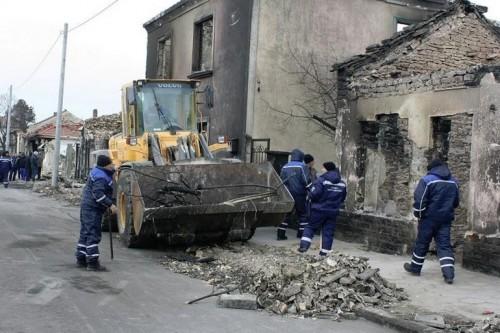Безработни помагат за разчистването на срутените сгради в Хитрино