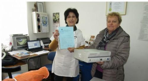 Лекарка дари компютър на читалището в Бъта