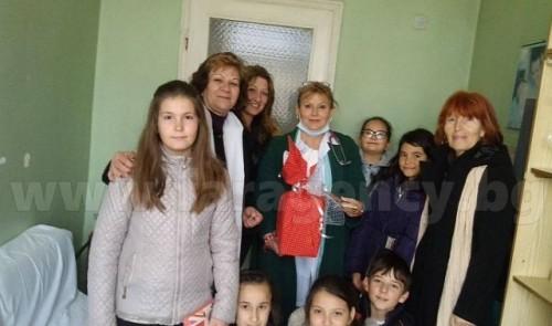 Четвъртокласници и техни учители дариха инхалатор на Детско отделение