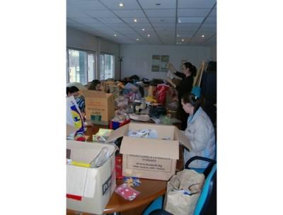 Движение на българските майки дари обувки, дрехи и книги за деца в Трън
