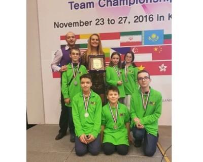 Златните ни математици дариха наградата си за библиотеката на Софийската математическа гимназия