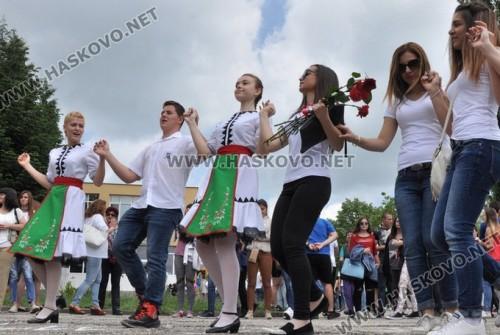 Абитуриентите от Хасково с бели тениски вместо тоалети, събраха 3700 лв. за Ники