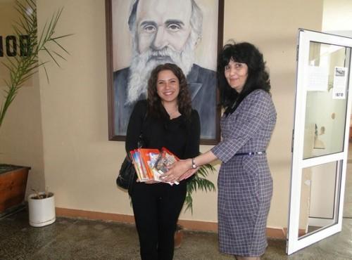 Бивша възпитаничка на ОУ Проф. Марин Дринов направи дарение за училищната библиотека