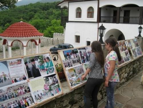 Чисти сърца подариха фотоизложба на манастир
