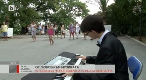 15-годишен пианист свири на улицата във Варна, за да събере средства за конкурси