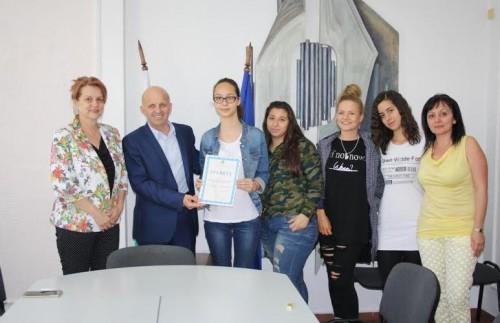 Деветокласници от ПМГ Гео Милев помогнаха на самотна майка от Стара Загора