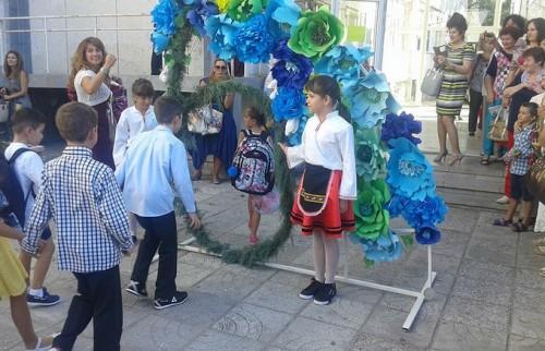 С благотворителност, цветя и добри пожелания започна новата учебна година в бившата Хуманитарна в Добрич