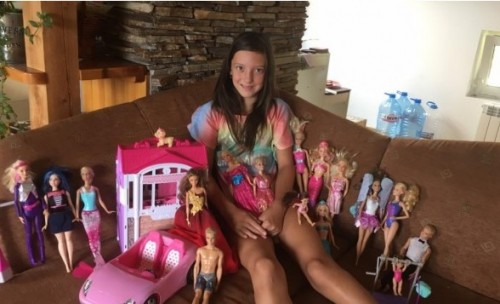 Момиченце продава куклите си, за да помогне на деца с рак