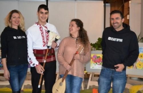 Тамбура и гайда дариха на ученици от СУ Св. Климент Охридски