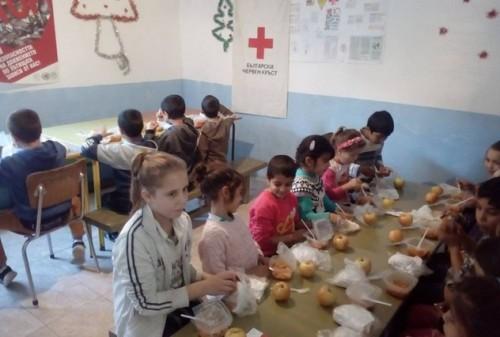 Топъл обяд по проект на БЧК за децата от Стефан Караджово