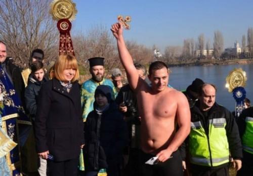 Момчето, което хвана Светия кръст в София, ще дари парите от наградата за онкоболни деца