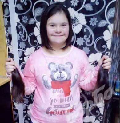 Дете със синдром на Даун дари косата си за онкоболна жена