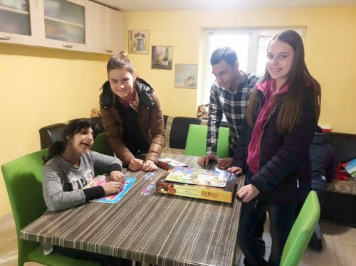 Седмокласници зарадваха с игри и енциклопедии деца с увреждания