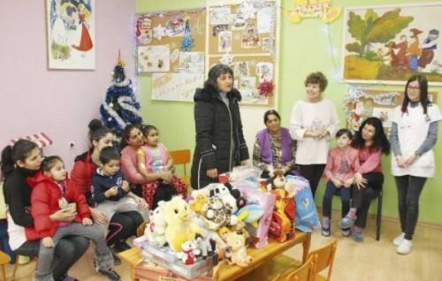Ученици дариха играчки на детското отделение в МОБАЛ