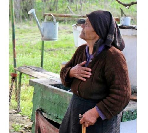 Съседка приюти временно останалата без дом старица в Кравино