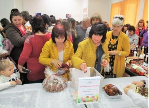 Благотворителен кулинарен базар в Долна баня събра дарения за нуждаещи се
