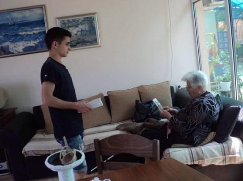 Осмокласник дари книги в център за възрастни хора с увреждания в с. Звъничево