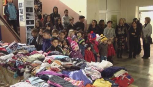 Семейство от Германия подари дрехи за деца от шест села