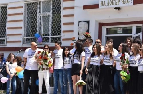 Зрелостници от Добрич дариха средства за болно от левкемия дете