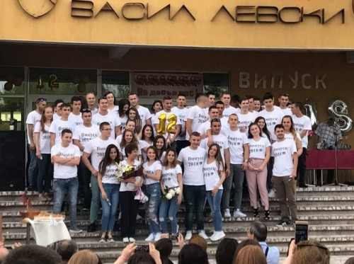 Абитуриенти дари пари от бала си за пострадала от катастрофа