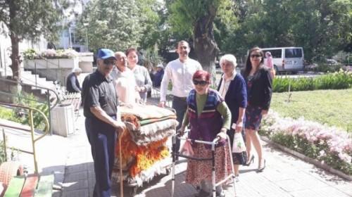 Район Северен в Пловдив дари одеяла на дом за стари хора