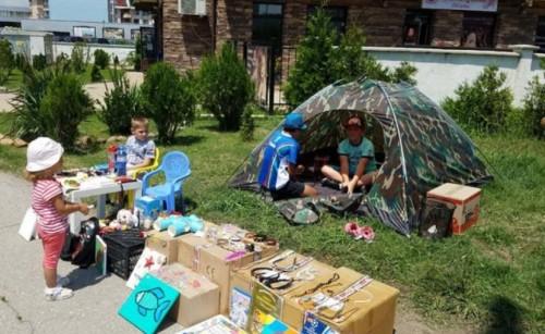 Деца продават играчките си между блоковете с благотворителна кауза