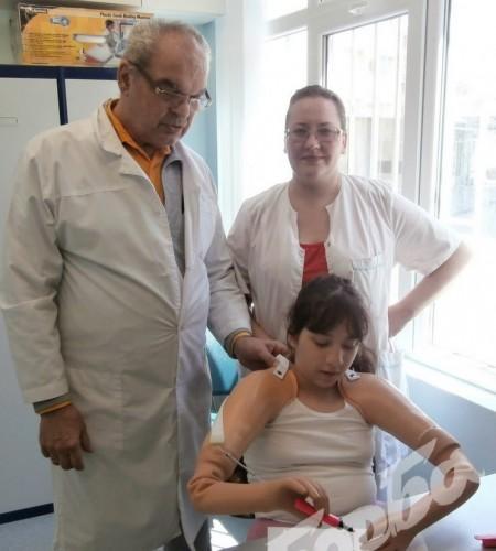 Доктор протезира момиче без крайници и покри половината сума за протезите
