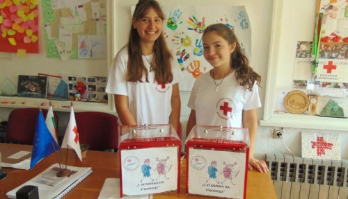 """Доброволци на БЧК събраха 812 лв. по време на благотворителната кампания """"С усмивка на училище"""""""