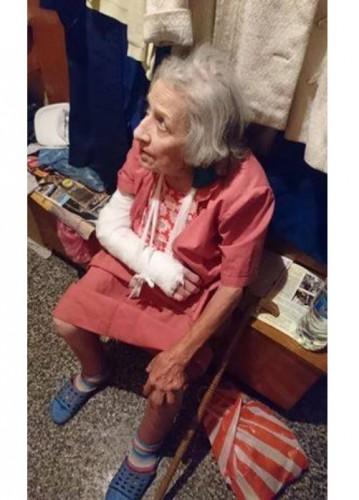 Възрастна жена живее в забвение