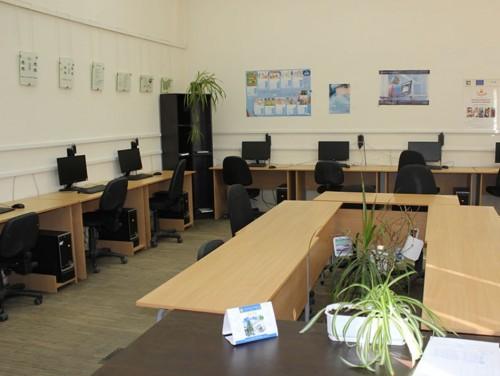 Стопанска академия дари компютри на учебни заведения и институции