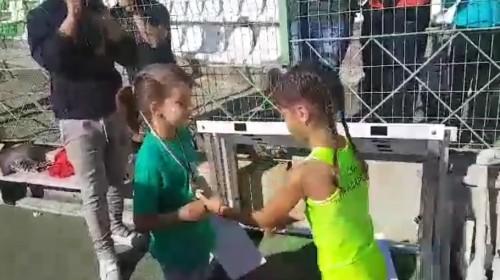 Дете подари един медалите си на своя конкурентка