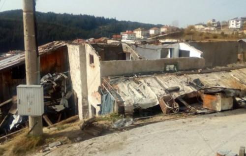 Ученици събраха дрехи и храна за семейство без покрив