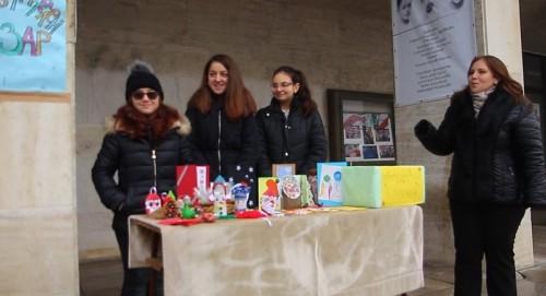 Деца помагат на възрастни хора с коледен базар