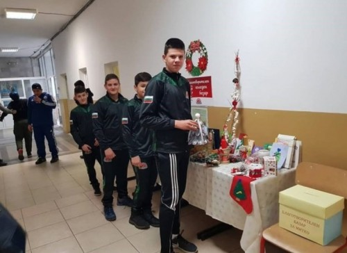 Учениците от Спортното училище в Пазарджик с благотворителен базар за Митко