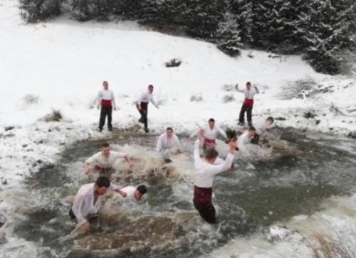 Младежите, скачали за Богоявленския кръст в Момчиловци, дариха средства