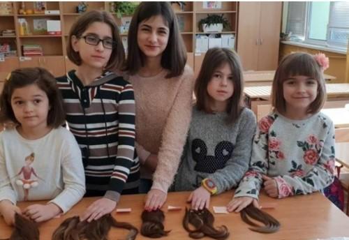 Пет момиченца дариха косите си на онкоболни