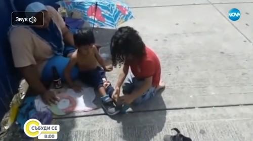 Момче дари обувките си на просещо дете