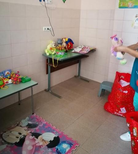 Добри хора отново дариха играчки за Детско отделение в Перник