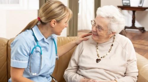 Медицински сестри ще помагат на болни възрастни хора