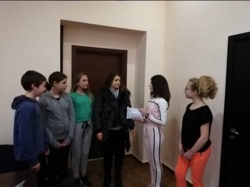 """Ученици и учители от ОУ """"Н. Вапцаров"""" дариха средства за лечението на Янис"""