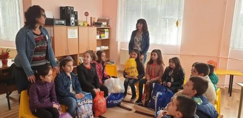 """Ученици от СУ """"Георги Измирлиев"""" направиха дарение на детска градина"""