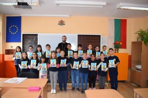Второкласници от Русе получиха детски библии