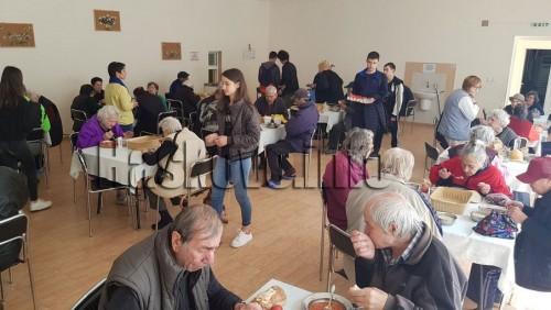 На Велики четвъртък гимназисти с нова благотворителност в Дома за стари хора в Хасково