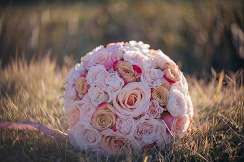 Младоженци дариха на великотърновската неонатология 1010 лева от сватбените букети