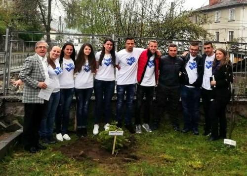"""Абитуриенти от Борино се включиха в кампанията """"Стениски за бала"""""""