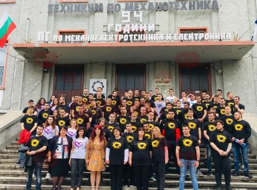 Ето как абитуриентите на Механото в Бургас събраха над 2 хил. лева за сираци